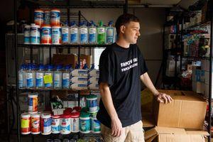 Tích trữ 17.700 chai nước khử trùng rồi sửa sai bằng cách làm từ thiện