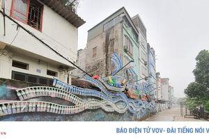 'Bãi rác' ven sông Hồng biến hóa thành con đường nghệ thuật
