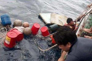 Tàu chìm, 6 ngư dân ôm can nhựa giữa biển