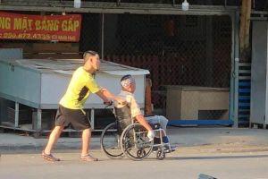 Hình ảnh tình cha con xúc động trên đường phố Sài Gòn
