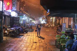 Phố 'không ngủ' tại Hà Nội giữa dịch Covid-19: Vắng vẻ cả ngày lẫn đêm, chủ quán bất đắc dĩ phải kiêm luôn nhân viên