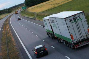 Chạy xe gần container, xe tải nặng cần lưu ý gì để bảo toàn tính mạng?