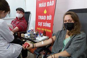'Việt Nam cần bạn ngay bây giờ!': Nhiều người nước ngoài đi hiến máu