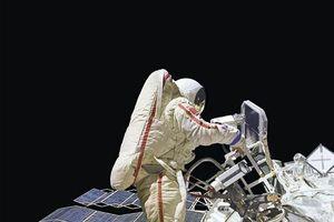 Khoảnh khắc con người dạo bước ngoài không gian