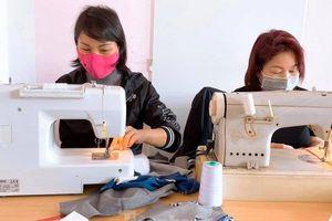 Người Việt ở châu Âu may khẩu trang tặng bệnh viện phòng Covid-19