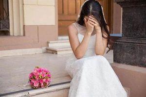 Đêm tân hôn, chú rể líu lưỡi nói 'hoa là hoa hồng, không phải hoa sen', cô dâu liền đập tan bình bông rồi xốc váy chạy về nhà