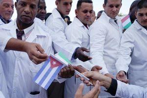 Cuba lần đầu đưa 52 bác sĩ sang Ý chống COVID-19