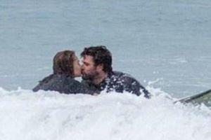 Liam Hemsworth hôn bạn gái giữa biển