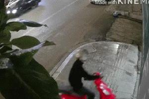 Clip: Tên trộm xe máy 'siêu vụng về', vì tiếng hét của đứa trẻ mà run lẩy bẩy