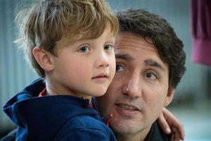 Tự cách ly, thủ tướng Canada vừa tắm cho con vừa điều hành đất nước