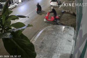 Trộm cuống cuồng vứt xe bỏ chạy trối chết vì tiếng hét của bé trai
