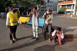 Ấn Độ phạt roi, 'thụt dầu' với người vi phạm lệnh phong tỏa