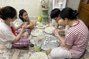 Tết Hàn thực: Không đắt hàng làm sẵn, người Hà Nội mua bột tự nặn bánh trôi, bánh chay