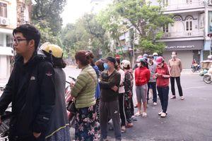 Người Hà Nội xếp hàng mua bánh trôi, bánh chay từ 5 giờ sáng
