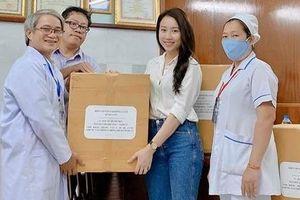 Diễn viên Huỳnh Hồng Loan tặng các bác sĩ 3.000 khẩu trang