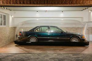 BMW 7-Series bị nhốt trong lồng nhựa suốt 22 năm
