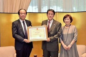 Trao Bằng khen của Bộ trưởng, Chủ nhiệm VPCP cho Đại sứ Nhật Bản