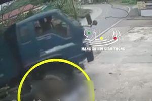 Clip: Vấp ngã khi chạy qua đường, người đàn ông bị xe tải cán tử vong