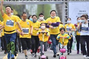 TQ: Nghìn người xuống phố chạy marathon, siêu thị tấp nập trở lại