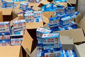 'Khám' 2 xe bán tải phát hiện 50.000 khẩu trang y tế không rõ nguồn gốc