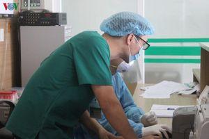 Hai bác sĩ mắc Covid-19 có thể lây từ bệnh nhân khi đặt nội khí quản