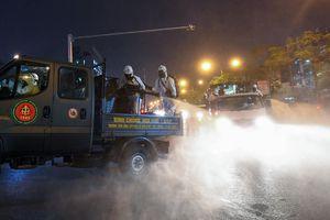 BV Bạch Mai được tiêu trùng khử độc, Binh chủng Hóa học huy động 10 xe chuyên dụng làm việc trong đêm