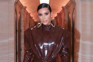 Tại sao Kim Kardashian thích mặc đồ bằng cao su?