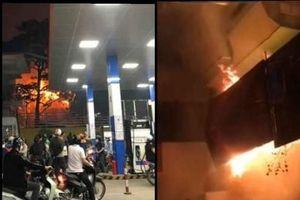 Hà Nội: Cháy dữ dội ngôi nhà 3 tầng gần cây xăng Nam Đồng
