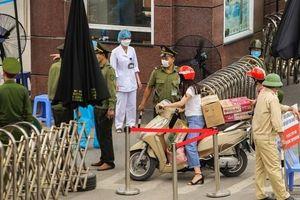 Sau lệnh cách ly, cố mang đồ tiếp tế cho thân nhân trong Bệnh viện Bạch Mai