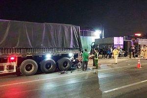 Tông vào xe container dừng đỗ bên đường, 2 thanh niên tử vong