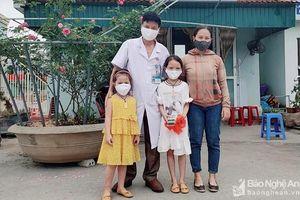 Hai bé gái dùng tiền tiết kiệm trong 5 năm ủng hộ phòng chống COVID-19