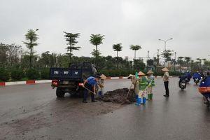 TTGT thu dọn bùn, đất rơi vãi trên tuyến đường ngoại giao Thủ đô