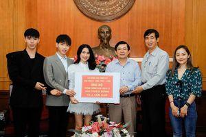 Hòa Minzy, Đức Phúc mặc đồ bảo hộ ra Hà Nội, trao 300 triệu chống dịch