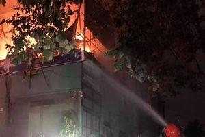 Nghệ An: Chủ trèo lên mái nhà định tử tự khi cửa hàng bốc cháy dữ dội