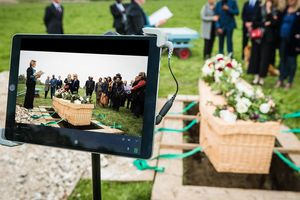 Tang lễ livestream, người Mỹ buộc phải khóc thương online vì dịch bệnh