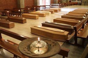 Thiếu chỗ hỏa táng, quan tài được gửi vào trong nhà thờ ở Italy