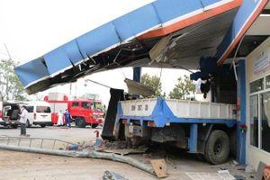 Xe tải đâm đổ cây xăng, một người chết, bốn người bị thương