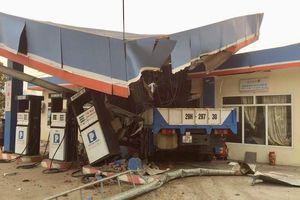 Xe tải va chạm 2 xe máy, lao vào cây xăng làm 5 người thương vong
