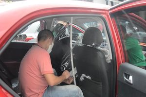 Tài xế lắp màng ngăn trong ô tô chống dịch Covid-19