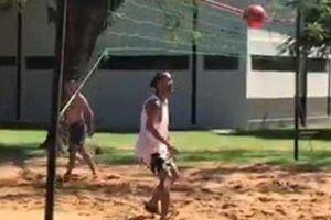 Ronaldinho lại phô diễn kỹ năng chơi bóng trong tù