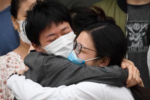 Người mắc Covid-19 ôm nhau khi được công bố khỏi bệnh