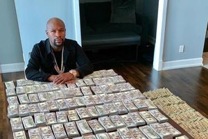Mayweather bị chỉ trích vì khoe tiền