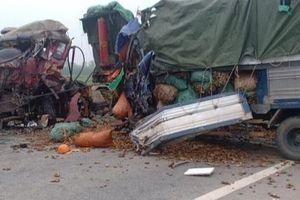 Nghệ An: Xe tải 'đấu đầu' trên đường quê, 2 người tử vong trong cabin