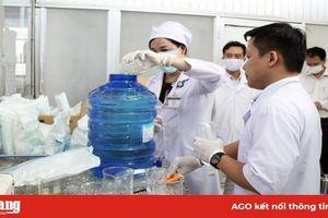 Bệnh viện Sản-Nhi An Giang phát dụng cụ bảo hộ phòng, chống dịch bệnh Covid-19