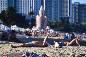 Hàng nghìn người tắm biển Nha Trang giữa cao điểm dịch