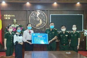 Trao quà tới Bộ đội Biên phòng chống dịch Covid-19