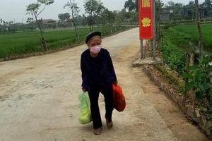 Mẹ liệt sĩ gần 90 tuổi đi bộ mang 5 kg gạo và rau tới điểm cách ly Covid-19 để ủng hộ