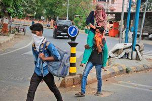Ấn Độ phong tỏa, người đàn đi bộ 216 km về nhà, tử vong