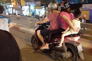 Hình ảnh gia đình 3 người chở nhau đi trên đường, nhưng điều này mới khiến mọi người 'thót tim' và khó hiểu