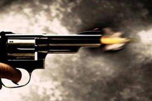 Nam thanh niên ngang nhiên dùng súng tự chế bắn chỉ thiên dọa người khác